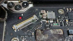 Επισκευή από πτώση υγρών στο Macbook